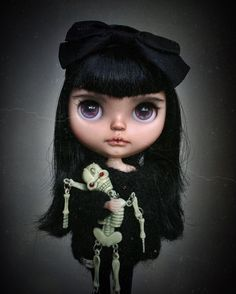 Just hanging out with my little pal. #vampireblythe #halloweenblythe #tiinacustom #blythedoll