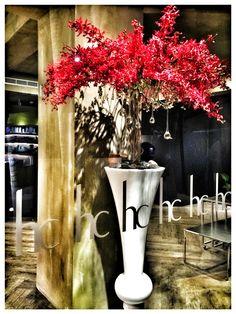 收工,準備參加好朋友的餐敘。 今天的花佈置得太漂亮了,謝謝 Raymond ! Finished work, ready to join the dinner with good friends . And today the flowers is awesome , thanks Raymond for your creativity !