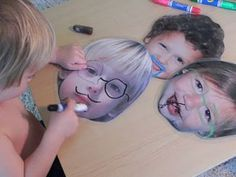 Leuke activiteit voor kinderen. Foto's plastificiëren en tekenen met afwasbare stiften