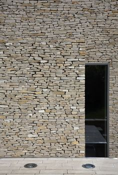 contemporary stone walling - Wickstead Lodge by Baynes & Co | HomeDSGN/ Just beautiful-so simple but very well done                                                                                                                                                                                 Más