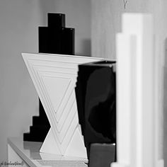 Vasi in ceramica di Ettore Sottsass in mostra a Casté (La Spezia) fino al 31 gennaio. Fotografia di Gianluca Ghinolfi
