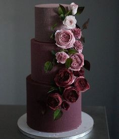 The 11 hottest wedding cake trends right now - Modern wedding cakes - Modern Weddin . - The 11 hottest wedding cake trends right now – modern wedding cakes – modern wedding cakes - Black Wedding Cakes, Beautiful Wedding Cakes, Gorgeous Cakes, Pretty Cakes, Cake Wedding, Burgundy Wedding Cake, Wedding Cake Purple, Gold Wedding, How To Make Wedding Cake