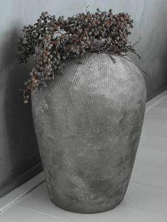 pot in betonlook met dadeltak