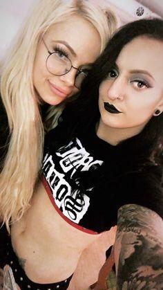 Liv Morgan and Ruby Riott Wwe Women's Division, White Chicks, Wwe Female Wrestlers, Wwe Girls, Wwe Tna, Wwe Womens, Women's Wrestling, Girls With Glasses, Wwe Superstars