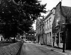 Datering tot: 1975-12-31 Beschrijving: De oostzijde van het Oude Kerkhof gezien vanaf het Sint Janshof in de richting van de Lange Kerkstraat.