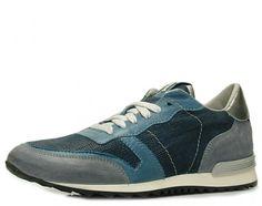 Bezaubernd in seiner Farb- und Materialkombination ist dieser Sneaker im Running-Stil von Maripé. Nubuk/ Glatt- und Metallicleder bilden eine harmonische Kombination. Kontrast bildet der mit einem Silberfaden durchzogenen Schnürsenkel. Die weiße Gummisohle mit der profilierten, dunklen Laufsohle ist angenehm weich abgepolstert. Markenlogo auf Lasche, Lederfutter und durchgehende Lederdecksohle, Absatzhöhe: ca. 25 mm, Farbe: blau kombiniert…