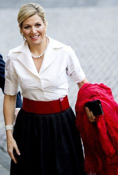 Queen Máxima in red black white Royal Queen, Nassau, School Dresses, Queen Maxima, Womens Fashion For Work, Dress To Impress, Dress Skirt, Glamour, Gowns