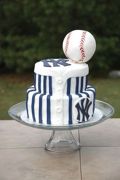 New York Yankees Cake! But really how cute would this be for a grooms cake ; Yankees Baby, New York Yankees Baseball, Yankee Cake, Pokerface, Mlb, Fancy Cakes, Crazy Cakes, Cupcake Cakes, Cupcakes
