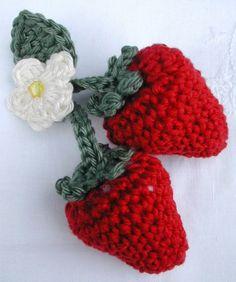 Me recuerda a los sombreritos de paja que usabamos en el campo , cerca de Chillán, cuando chicas: llevaban un adorno parecido