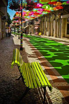 des-centaines-de-parapluies-multicolores-en-levitation-a-agueda-au-portugal11