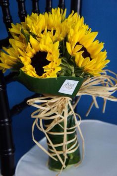Why not wrap the center piece vase to look like the brides bouquet? How To Wrap Flowers, Real Flowers, Pretty Flowers, Colorful Flowers, Bouquet Wrap, Hand Bouquet, Cute Desktop Wallpaper, Sunflower Bouquets, Flower Packaging