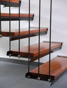 Escalier droit à à marches suspendues supports en tôle pliée laquée, marches en hêtre teinté, rampe à barreaudage