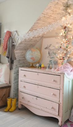 Christmas home tour in a small cape cod style home. Girls bedroom gets a cozy christmas touch,