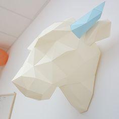 Trophée / Sculpture en papier 3D Patle taureau à assembler soi même, couleurs au choix.  Les kits Salt and Paper sont prêts à l'emploi, toutes les pièces sont pré-découpées et pré-pliées et comme on est super sympa, l'adhésif double face est inclus ! Dimensions :largeur 39cm - hauteur 35cm Niveau de Difficulté :Medium Temps approximatif de montage :4h Type de papier :mat 160g - couleurs au choix   Couleurs Choisissez vos propres couleurs parmi notre gamme disponible, vous pouvez…