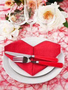 Diese rote Serviette in Herzform sieht wunderschön aus und ist eigentlich ganz einfach zu falten... #DIY #Serviette #Tischdeko