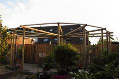 prieel pergola paviljoen  rondhout ronde palen, geïmpregneerd hout, sfeer, klimop, tuin. @tuinmani #tuinmani www.tuinmani.nl