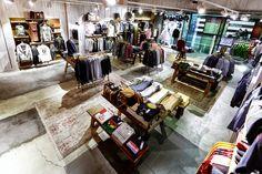 CC Magic Badalona. Diciembre 2013  Una marca joven recién nacida en Barcelona desembarca con su tienda insignia en el centro comercial Magic...