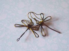 wire dragonfly earrings I want to make for my sister Wire Wrapped Jewelry, Metal Jewelry, Beaded Jewelry, Handmade Jewelry, Wire Crafts, Jewelry Crafts, Butterfly Jewelry, Wire Earrings, Beads And Wire