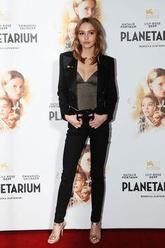 Lily-Rose Depp en blazer Chanel à la première de Planétarium à Paris