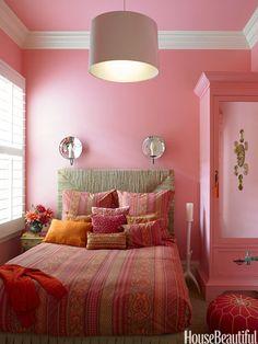 Kinderzimmer in pink mit weißem Rand an der Decke
