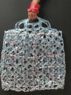 ocean trash art upcycling Origomu bag 5 Origomu: Transforming Plastic Six Pack Rings into Wearable Art Plastic Bag Crafts, Plastic Art, Plastic Spoons, Plastic Bottles, World Of Wearable Art, David Walker, Trash Art, Iris Van Herpen, Ring Crafts