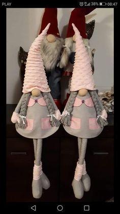Best 12 Gnometta natalizia in pannolenci – felt Christmas gnome – Duendencita de Navidad – SkillOfKing. Christmas Makes, Christmas Gnome, Handmade Christmas, Mery Crismas, Felt Crafts, Diy And Crafts, Girl Gnome, Christmas Decorations, Christmas Ornaments