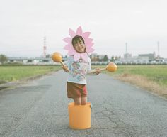 Japanese photographer Nagano Toyokazu takes adorable and creative portraits of his daughter Kanna in various scenarios and attire. Pretty Kids, Cute Kids, Cute Babies, Baby Kids, Babies Pics, Japanese Photography, Nagano, Creative Portraits, Doki