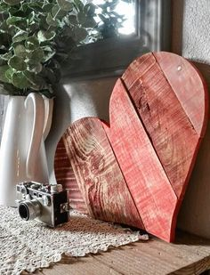 Rustic DIY Pallet Wood Hearts + Free Templates These DIY rustic pallet wood hearts are the perfect scrap project to use up those odd and ends of leftover wood. Paint it, whitewash it, or leave it natural. Pallet Home Decor, Wooden Pallet Projects, Woodworking Projects Diy, Woodworking Plans, Pallet Ideas, Woodworking Quotes, Woodworking Furniture, Diy Projects Using Pallets, Woodworking Beginner