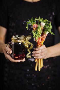 Oletko perinteisen glögin ystävä? Kaipaatko kuitenkin jotakin ekstraa kuumaan juomaasi? Lainaa resepti tanskalaisilta ja marinoi rusinat tummassa rommissa.