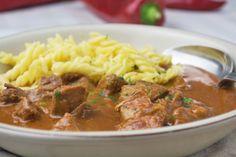 Das typische Wiener #Kalbsrahmgulasch wird mit zartem Kalbfleisch zubereitet und mit Rahm verfeinert. Hier das Rezept. #recipe #austria #cook #great