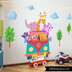 Vinilo infantil con una furgo llena de animales de colores. Vinilos decorativos de StarStick