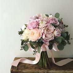 Bouquet for bride この淡いピンクの芍薬はすでに販売終了になっている花材ですが、大人買いしたので(笑)、まだうちにはあります。 でもとても人気なので残りも少なくなってきました。淡いピンクの芍薬をご希望の花嫁様はお早めに。 * こちらのpicも芍薬がお好きな花嫁様にお作りさせていただいたクラッチブーケです。ありがとうございました◎ #lesfavoriswedding #lesfavorisbouquet #芍薬 #ピオニー