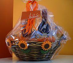 Doce Presente: cabazes de Natal com produtos tradicionais a partir de €10. Portuguese, Portugal, Picnic, Goodies, Basket, Christmas, Christmas Baskets, Gift, Candy
