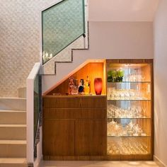 100 inspirações para você decorar o espaço embaixo da escada