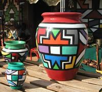 Ndebele art - on Vases Pottery Painting, Pottery Art, Painting On Wood, African Wall Art, African Artwork, Africa Symbol, African Wedding Theme, African Crafts, Shed Colours