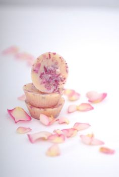 Cocoa Butter Rose and Geranium Bath Melts - Rose is widely popular not only for being one of the most beautiful flowers in the world, but also for its ability to keep our skin healthy and young-lookin (Bottle Gift Bath Salts) Natural Skin Care, Natural Health, Bath Melts, Most Beautiful Flowers, Diy Spa, Lotion Bars, Soap Recipes, Bath Recipes, Homemade Beauty Products