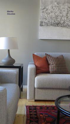 Harmaa olohuone, valkoinen, vaalea, oranssi, itämainen matto, moderni sisustus