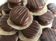 Honey discs with soft cream dipped in chocolate TopReceptek. Christmas Sweets, Christmas Baking, Good Food, Yummy Food, Czech Recipes, Hungarian Recipes, Food Displays, Holiday Cakes, Cake Shop