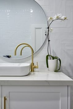 Blakes of Sydney – Bathroom benchtop featuring Smartstone's Carrara, an authentic marble-style surface in durable quartz. View the stunning collections at smartstone.com.au #smartstone #bathroom #renovation #bathroomideas #bathroomdecor #renovationideas #renovationbathroom