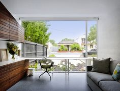 That House is an award wining project by Australia´sAustin Maynard Architects. Located in a neighborhood in Melbourne, the unique house is formed by three large glass-ended boxes that open out to an expansive garden, as well as a series of co