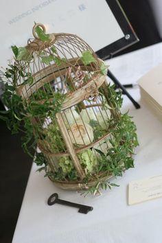 緑と、白と、ベージュの装花 日比谷パレス様へ : 一会 ウエディングの花 Birdcage Planter, Spring Wedding Flowers, Bird Cages, Flower Boxes, Dried Flowers, Greenery, Planters, Gardening, Rustic