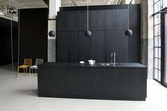 What a beautiful black kitchen !
