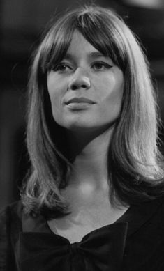 You might not know this, but the French singer Françoise Hardy is one of the most beautiful French women. Here's a selection of gorgeous pictures of her. Pure Beauty, Timeless Beauty, Hair Inspo, Hair Inspiration, Beautiful French Women, 60s Hair, Vintage Beauty, Vintage Style, Charlotte Rampling
