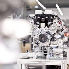 Ein kraftvolles Schmuckstück. Der V10 Motor des Audi R8 in der Fertigung.  #Audi #vorsprungdurchtechnik #r8 #v10 #audipictures #audideutschland  Kraftstoffverbrauch kombiniert: 114 l/100 km CO2-Emission kombiniert: 272 g/km  http://ift.tt/1Pi1RsR by audi_de