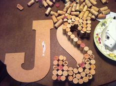 DIY WINE CORK LETTERS....... Oh wow um no jus quince a dent. Like the idea tho