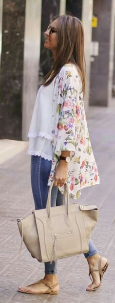 Colored Kimono Casual Style by BCN Fashionista me facina esta este look Kimono Floral, Chiffon Kimono, Spring Summer Fashion, Spring Outfits, Summer Outfit, Mode Kimono, Look Fashion, Fashion Outfits, Casual Outfits