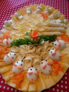 Arrange the cheese plate - Anrichten Party Trays, Party Buffet, Party Snacks, Appetizers For Party, Charcuterie And Cheese Board, Food Garnishes, Garnishing, Cheese Appetizers, Food Platters
