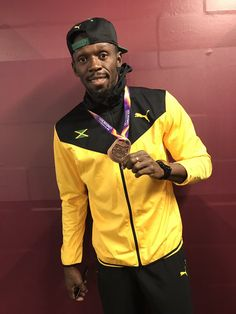 PsBattle: Usain Bolt posing with a bronze medal. Usain Bolt Pose, Usain Bolt Photos, Editorial Photography, Fashion Photography, Photography Magazine, Olympic Athletes, Magazine Cover Design, Big Black, Track And Field