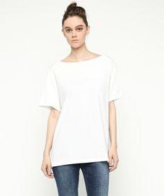 夏に着るTシャツの永遠の定番といえば無地の白です。大人女子こそ着こなしたいおすすめの白Tシャツをご紹介します。