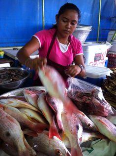 El Salvador - vendedora seleccionando un pescado boca colorada en el muelle de pescadores del Puerto de La Libertad / suchitoto.tours @gmail.com